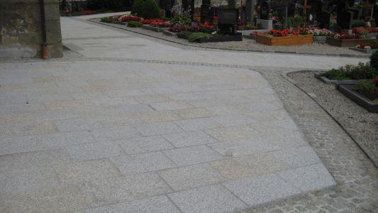 Naarn - Kirchenvorplatz2